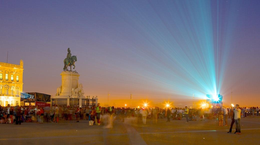 Piazza del Commercio caratteristiche di statua o scultura, vita notturna e piazza