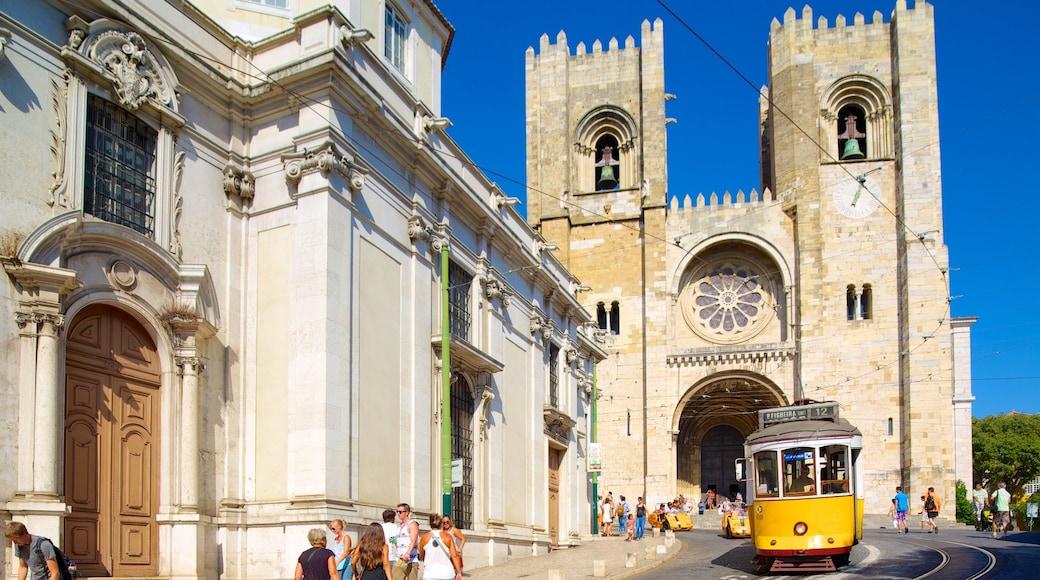 Catedral de Lisboa mostrando arquitetura de patrimônio, uma igreja ou catedral e cenas de rua