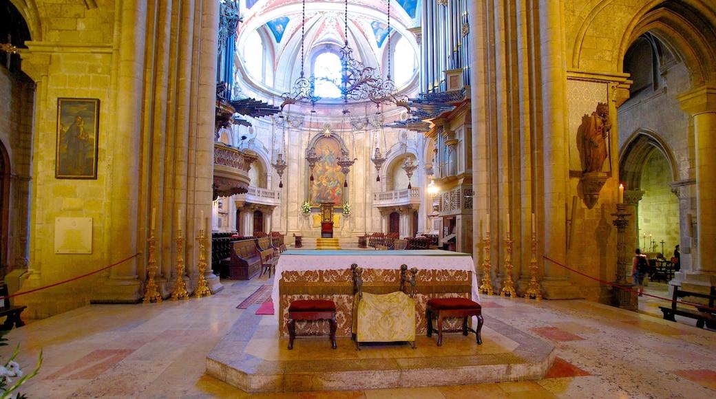 Catedral de Lisboa caracterizando arquitetura de patrimônio, vistas internas e elementos religiosos