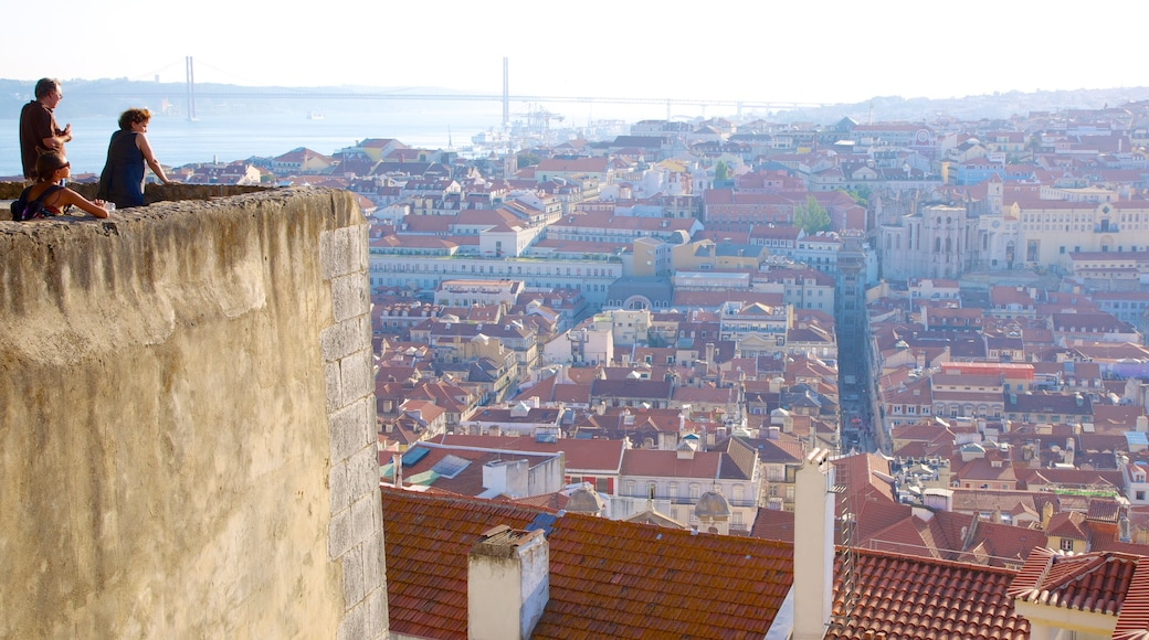 Castle of Sao Jorge mostrando um pequeno castelo ou palácio, arquitetura de patrimônio e uma cidade