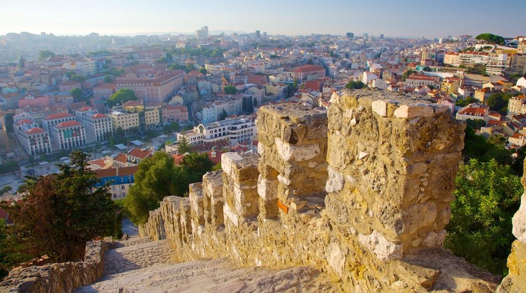 Castle of Sao Jorge mostrando paisagens, uma cidade e um pequeno castelo ou palácio