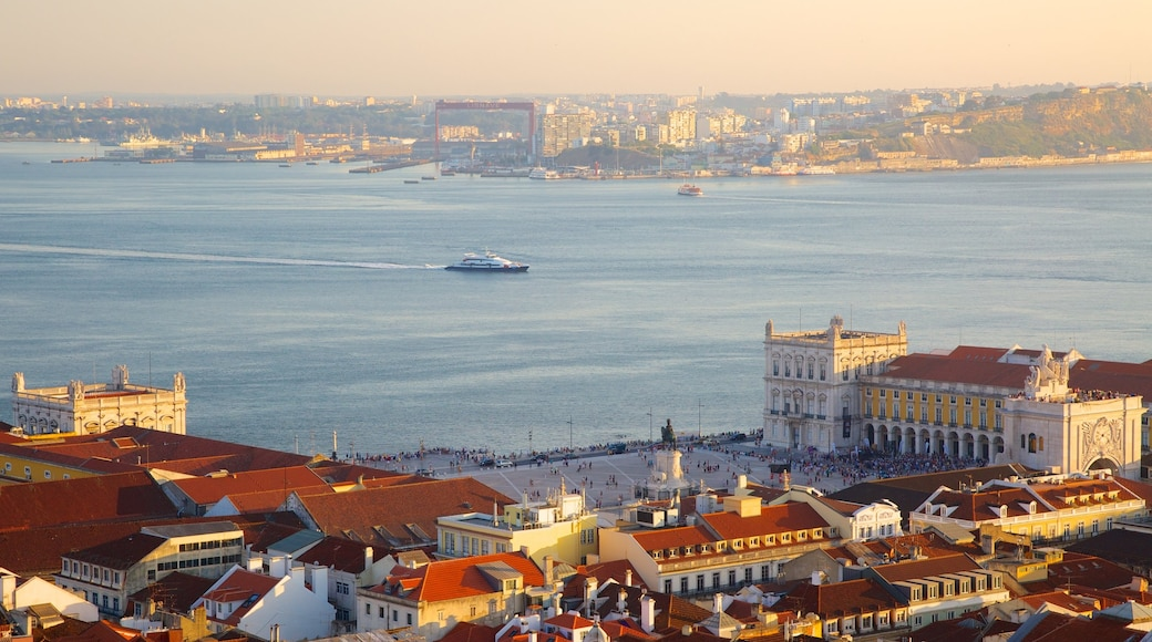 Castle of Sao Jorge mostrando arquitetura de patrimônio, canoagem e uma cidade litorânea