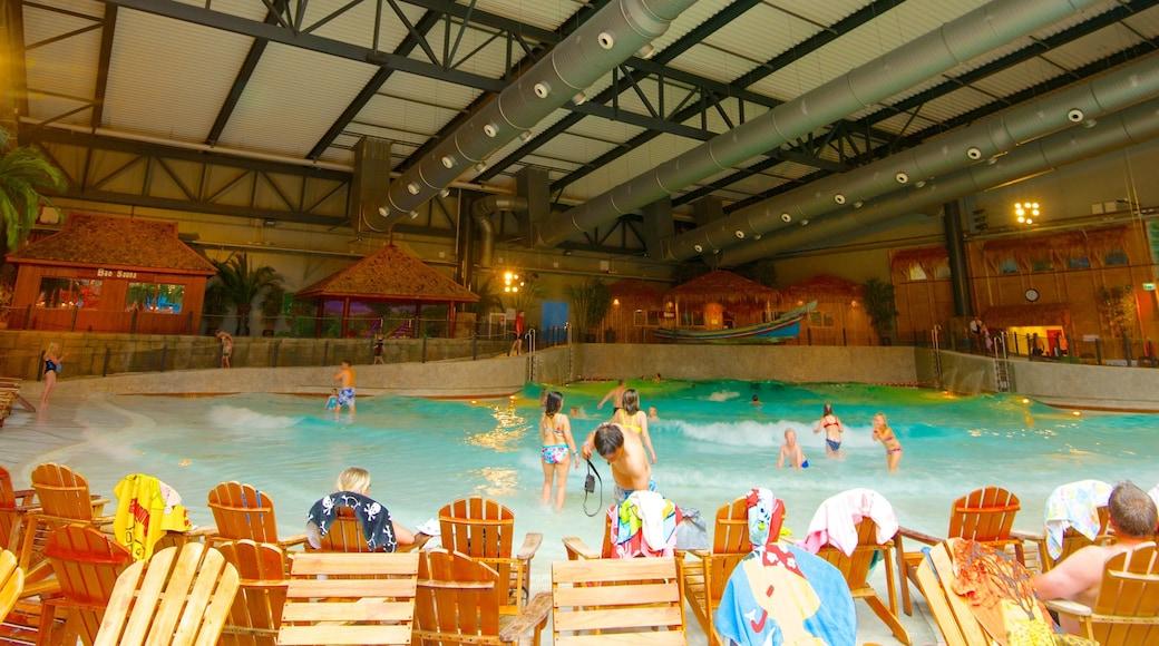 Lalandia som viser interiør, en pool og svømning