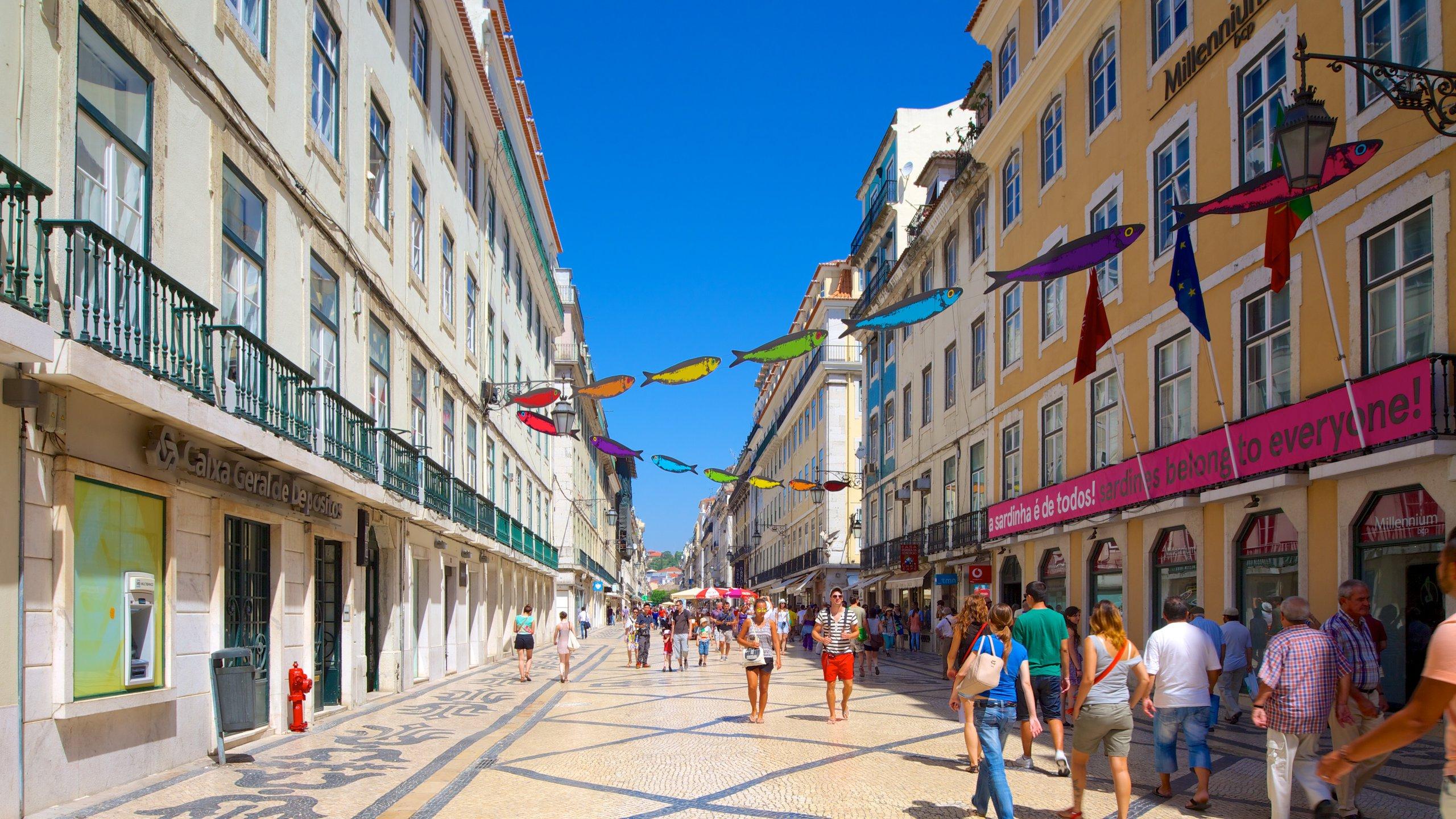 Lisboa caracterizando arquitetura de patrimônio e uma cidade assim como um grande grupo de pessoas