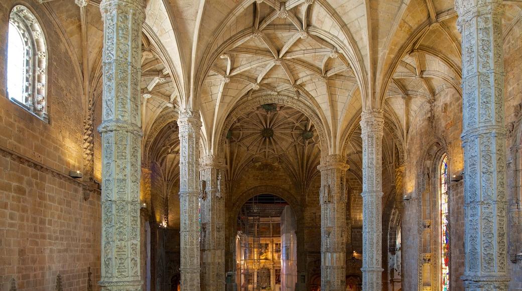 Hieronymoksen luostari johon kuuluu vanha arkkitehtuuri, kirkko tai katedraali ja sisäkuvat