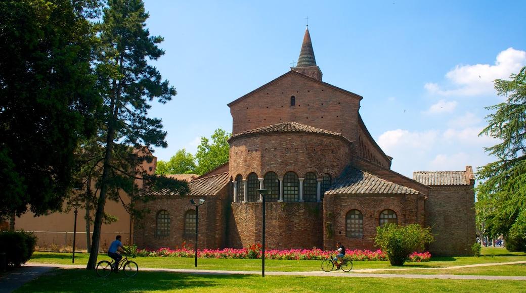 Ravenna caratteristiche di chiesa o cattedrale, giardino e bicicletta