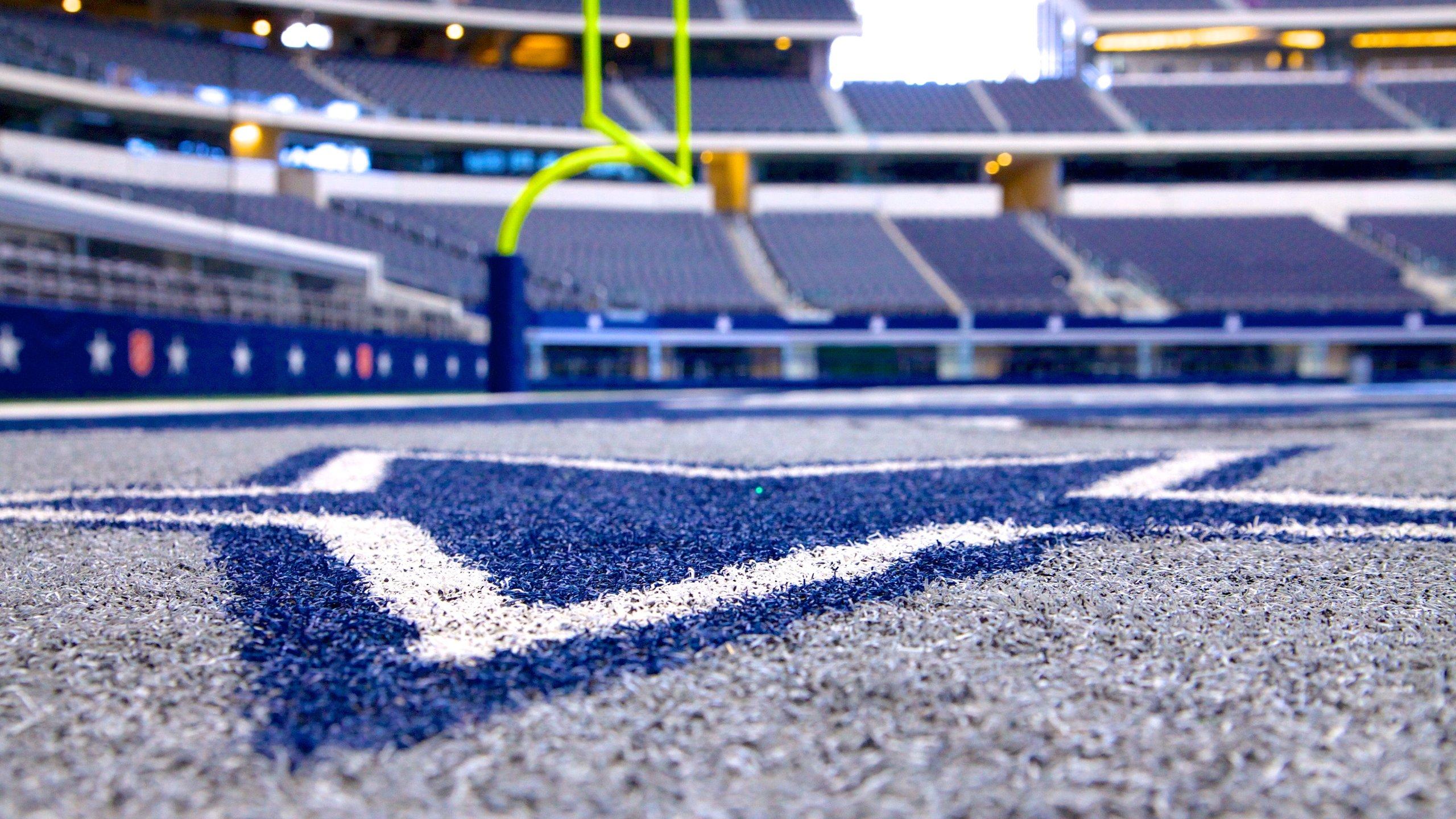 Lassen Sie sich von der packenden Stimmung im AT&T Stadium mitreißen, wenn Sie in diesem Football-Stadion, das zu den größten in den USA gehört, ein spannendes Heimspiel der Dallas Cowboys verfolgen.