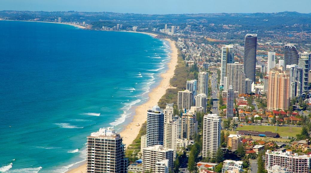 SkyPoint 觀景台 呈现出 綜覽海岸風景, 摩天大樓 和 沙灘