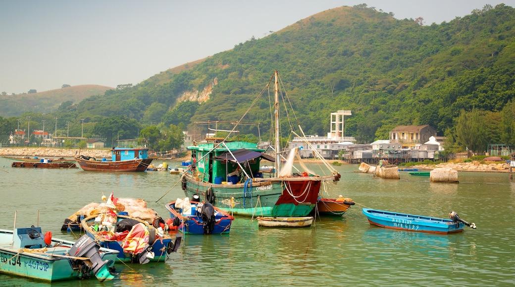 大澳漁村 设有 海灣或海港, 山 和 划船