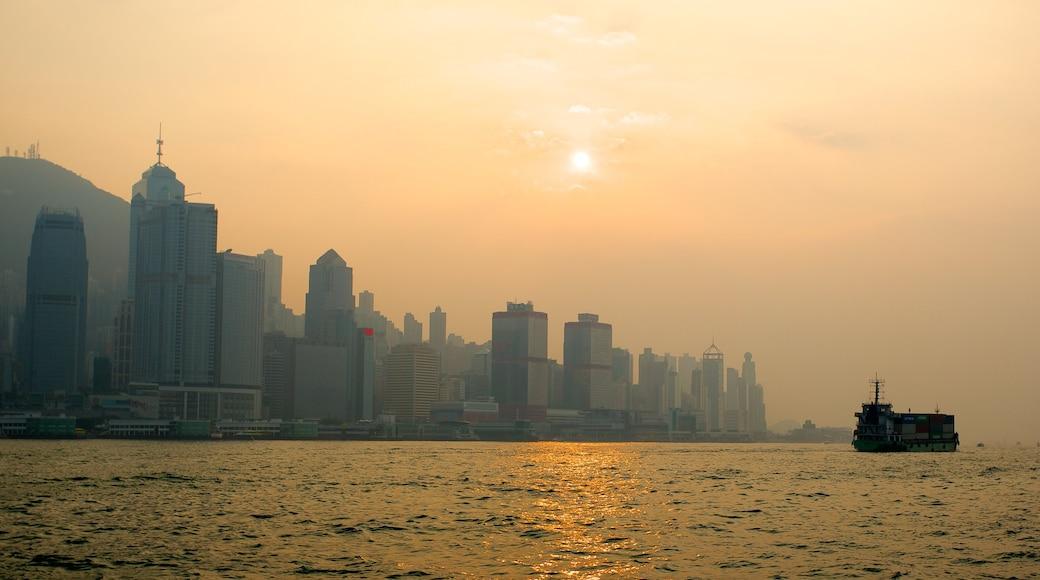維多利亞港 设有 高樓大廈, 城市 和 划船