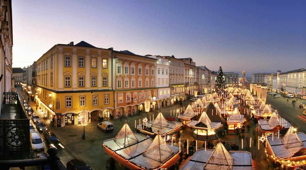 Linz mit einem Stadt, Sonnenuntergang und Platz oder Plaza