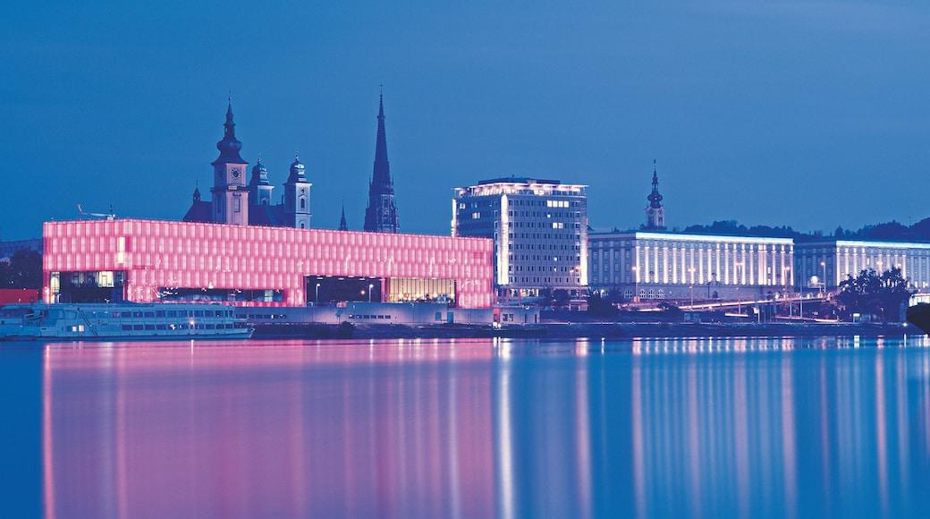 Linz das einen Fluss oder Bach, Stadt und moderne Architektur