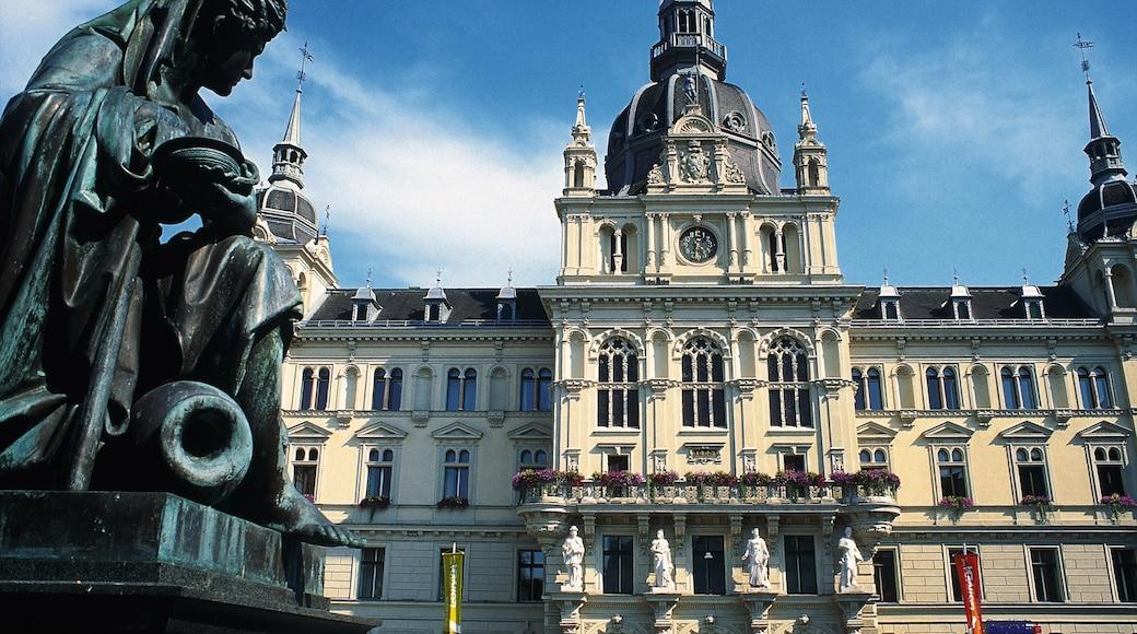 Graz und Umgebung welches beinhaltet Kirche oder Kathedrale, historische Architektur und Statue oder Skulptur