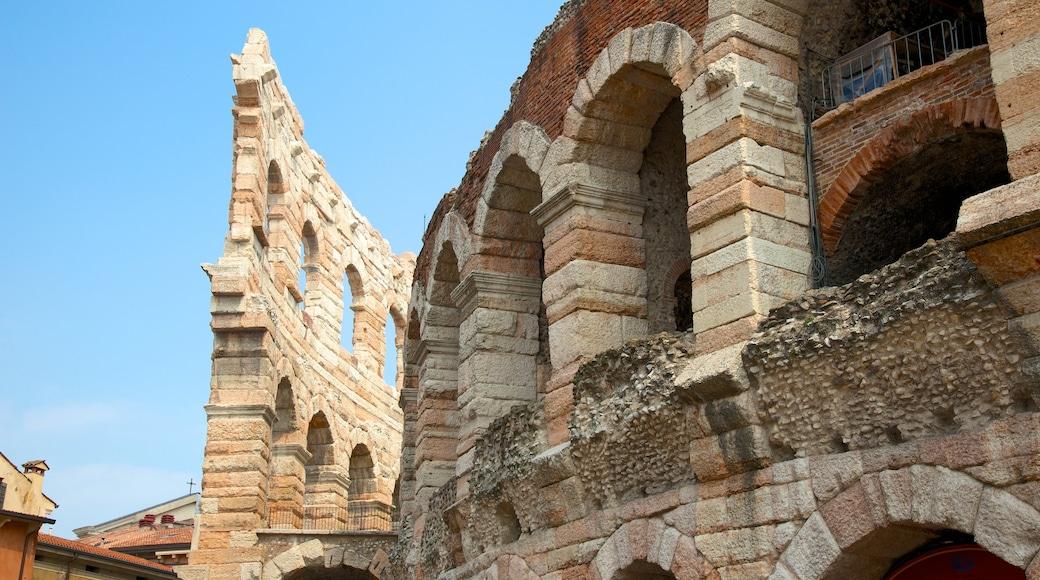 Arena di Verona mostrando rovine di un edificio e oggetti d\'epoca