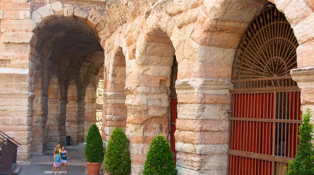 Arena di Verona caratteristiche di rovine e oggetti d\'epoca