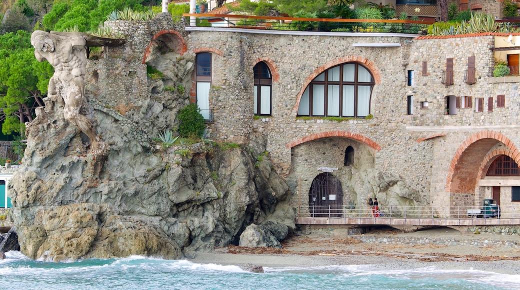 Monterosso al Mare som visar historisk arkitektur, en kuststad och klippig kustlinje