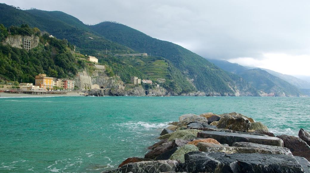 Monterosso al Mare som visar berg, en kuststad och klippig kustlinje