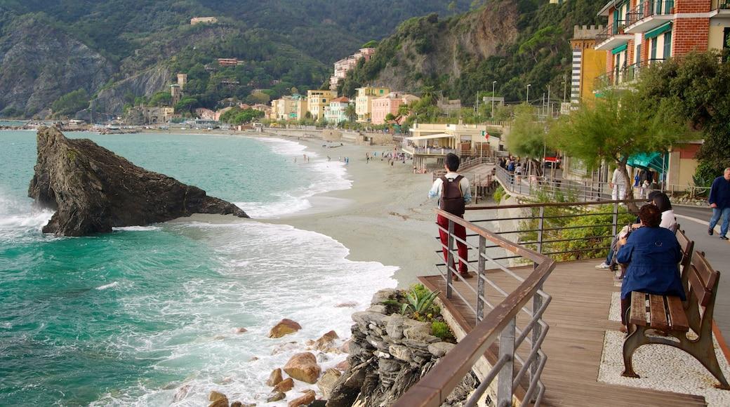 Monterosso al Mare som visar utsikter, klippig kustlinje och en kuststad