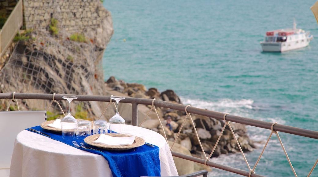 Monterosso al Mare presenterar restauranger, klippig kustlinje och båtkörning