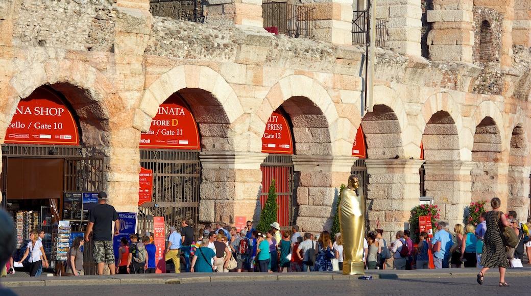 Arena di Verona mostrando rovine di un edificio, città e oggetti d\'epoca