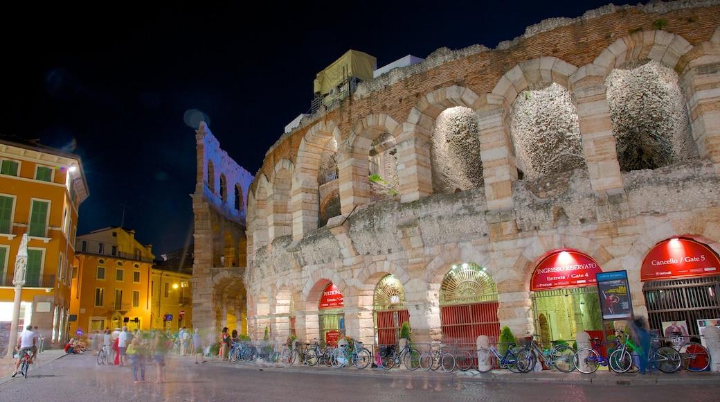 Arena di Verona mostrando oggetti d\'epoca, paesaggio notturno e architettura d\'epoca