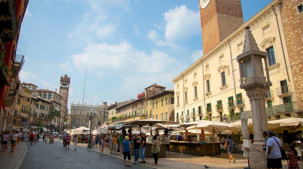 Piazza delle Erbe das einen historische Architektur, Stadt und Straßenszenen