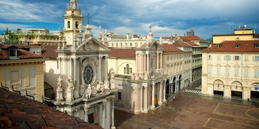 Piazza San Carlo mostrando chiesa o cattedrale, strade e piazza