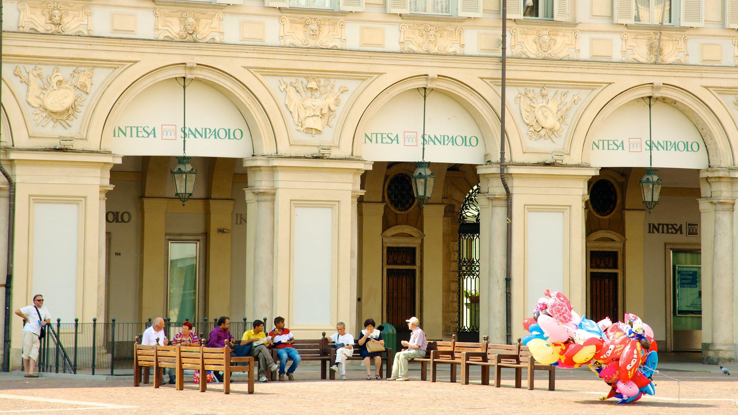 Piazza San Carlo er en av de mest berømte piazzaene i Torino og kjent for kafeer, shopping, arkitektur og de to tvillingkirkene som vokter inngangen.