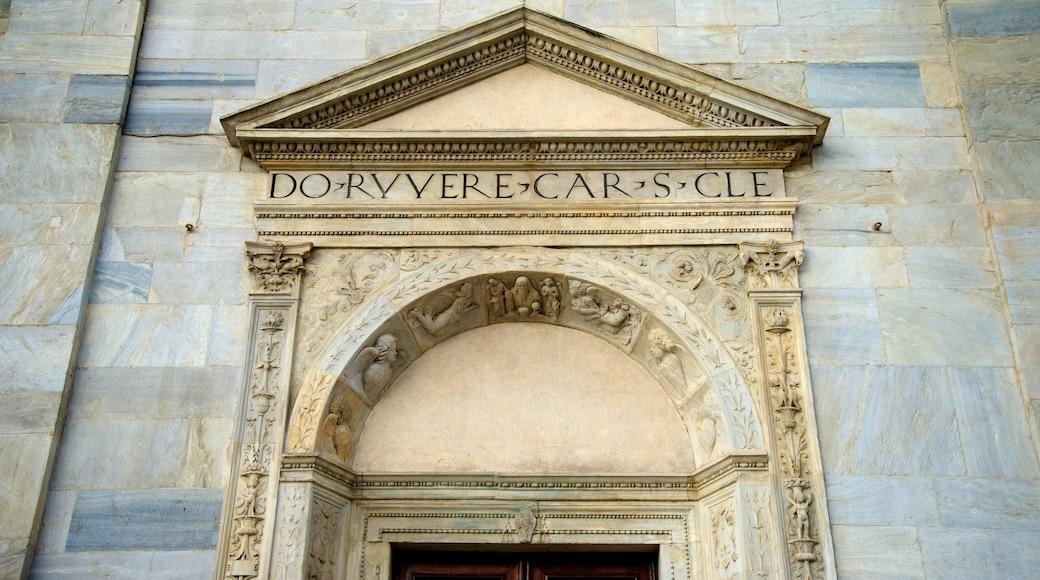 Turins katedral som inkluderar en kyrka eller katedral, skyltar och religiösa element