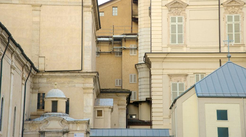 Turins katedral som inkluderar en kyrka eller katedral och religiösa aspekter