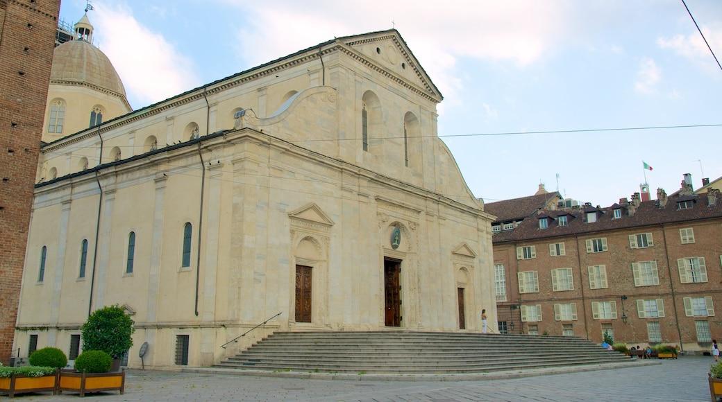 Turins katedral som visar en kyrka eller katedral, ett torg och religiösa aspekter