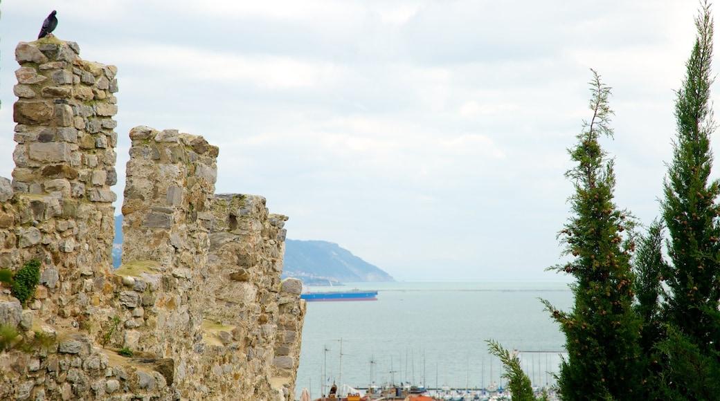 Castello San Giorgio mostrando rovine, vista della costa e architettura d\'epoca