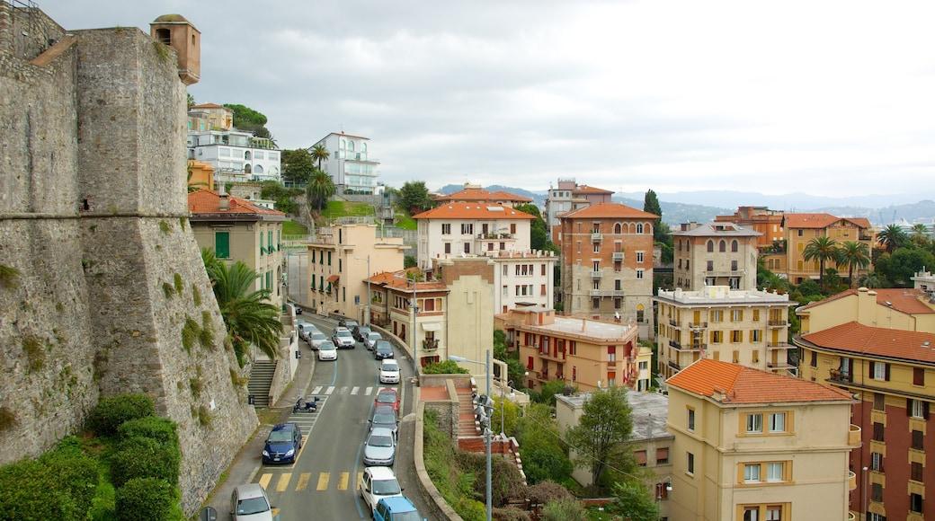 Castello San Giorgio che include città, architettura d\'epoca e strade