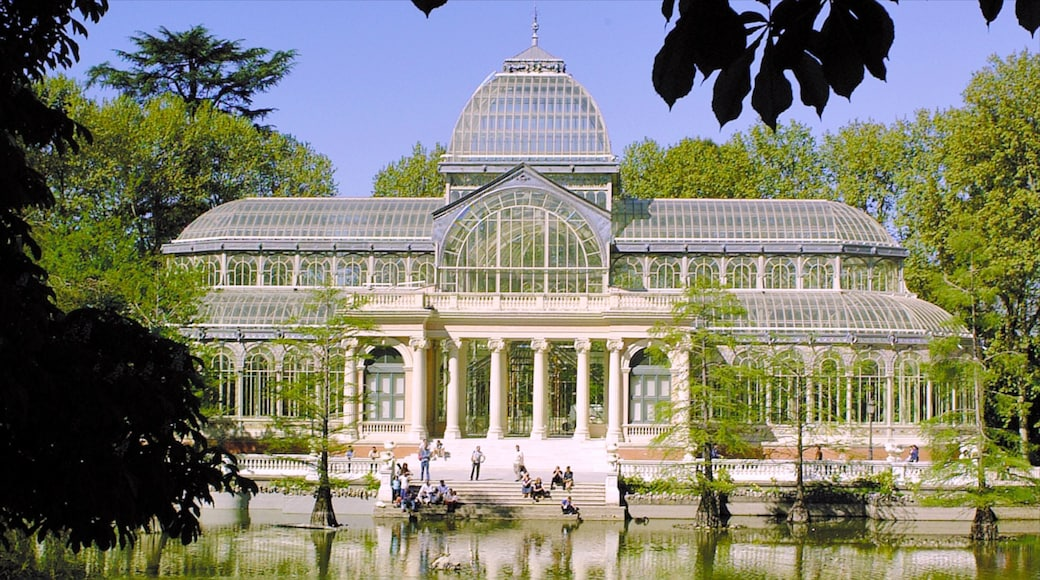 Madrid showing a pond, heritage architecture and chateau or palace