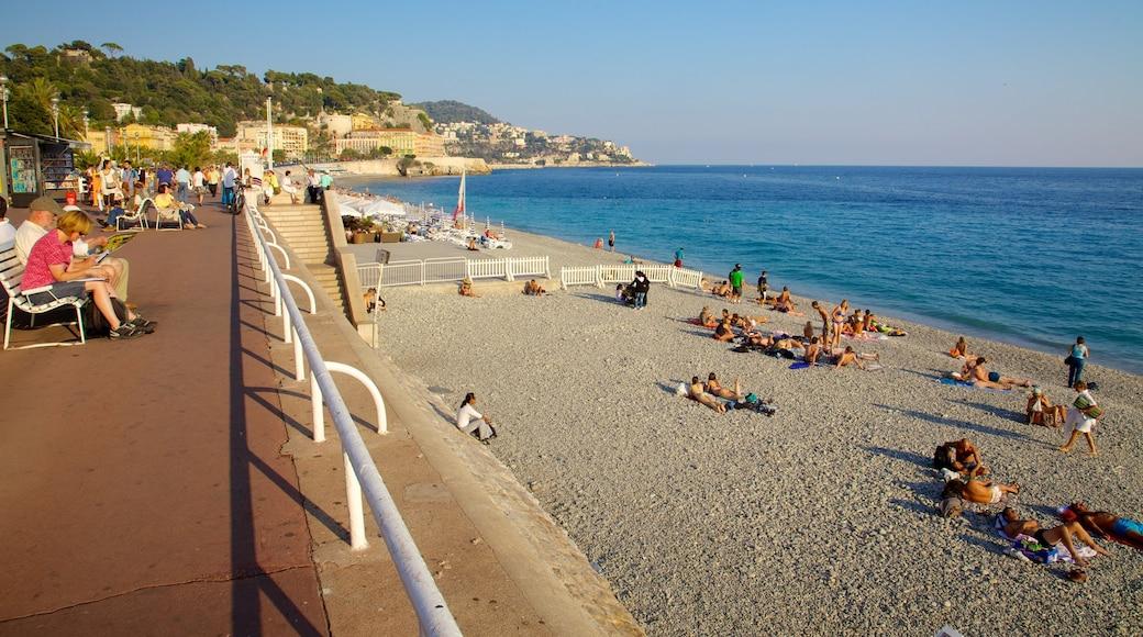 Promenade des Anglais das einen allgemeine Küstenansicht und Steinstrand