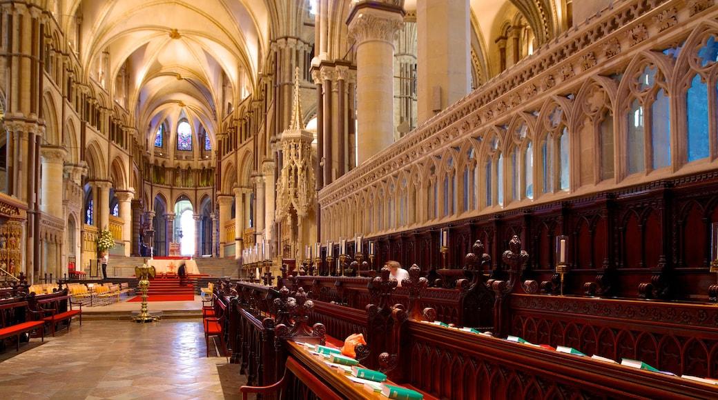 Canterbury Cathedral welches beinhaltet Kirche oder Kathedrale, religiöse Elemente und Innenansichten