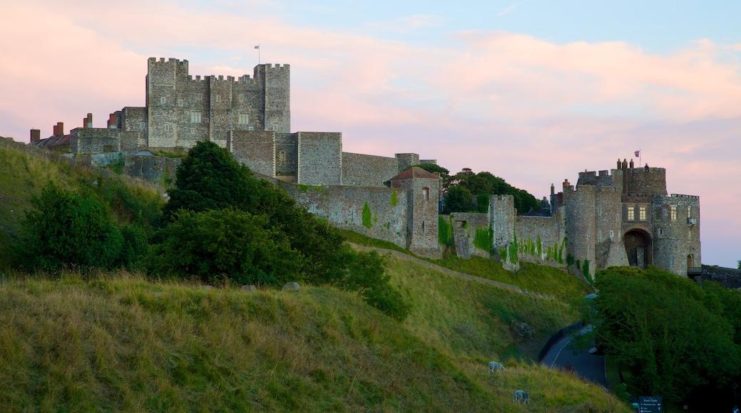Doverin linna featuring vanha arkkitehtuuri, linna ja auringonlasku