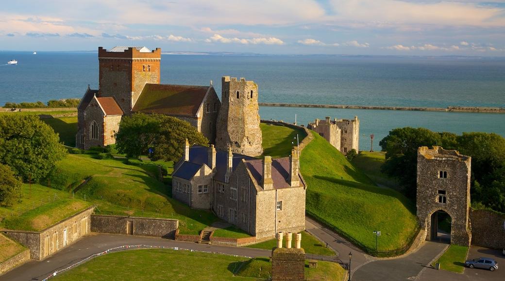 Doverin linna johon kuuluu vanha arkkitehtuuri, linna tai palatsi ja yleiset rantanäkymät