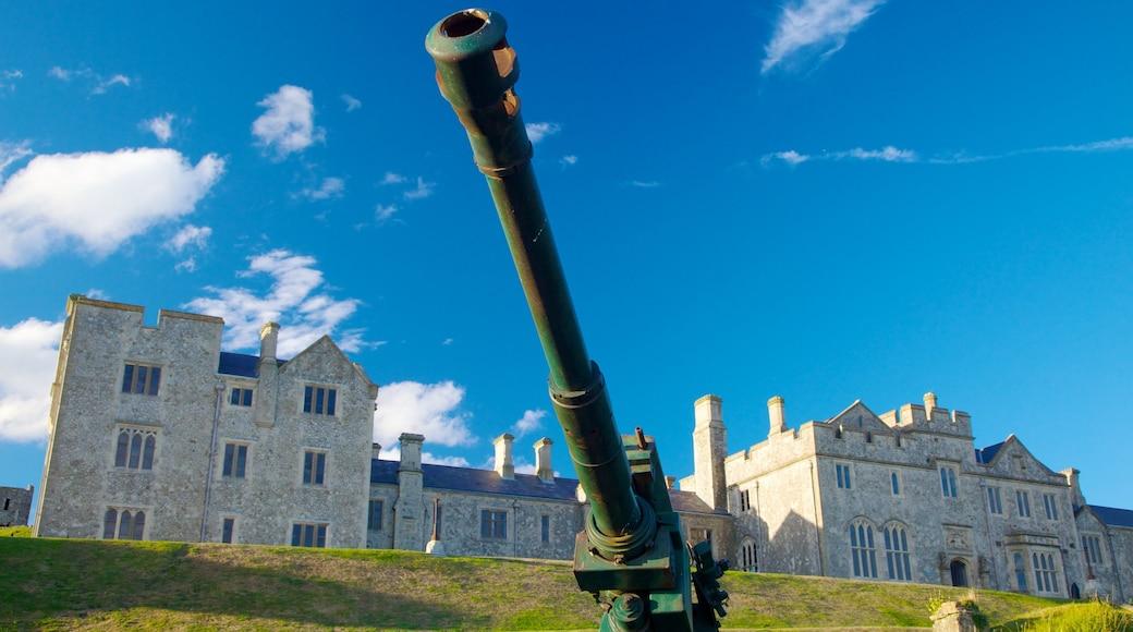Doverin linna featuring linna, sotilaskäyttöön tarkoitetut esineet ja vanha arkkitehtuuri