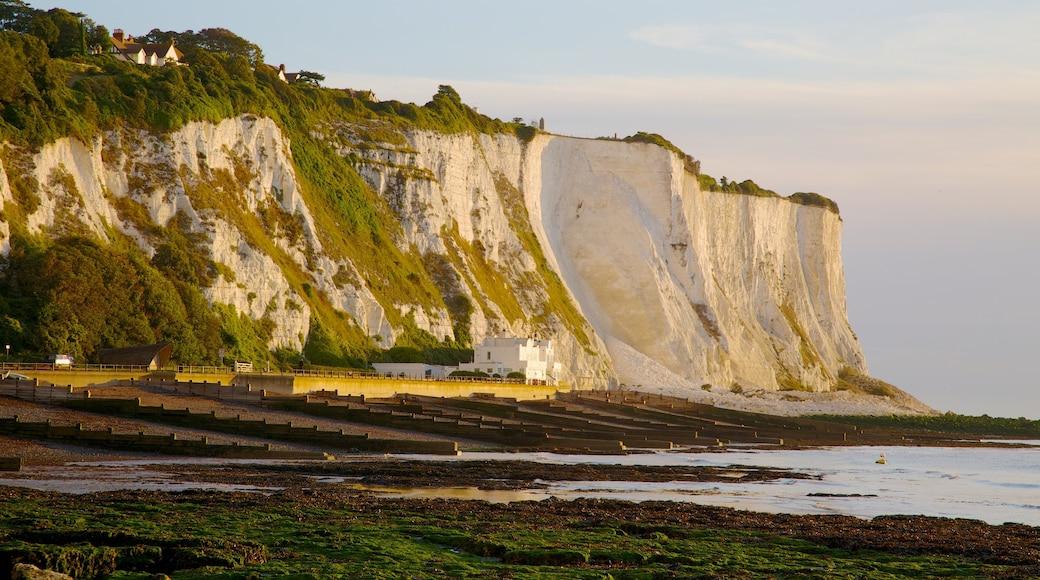 Dovers hvite klipper fasiliteter samt landskap, strand med småstein og stenete kystlinje