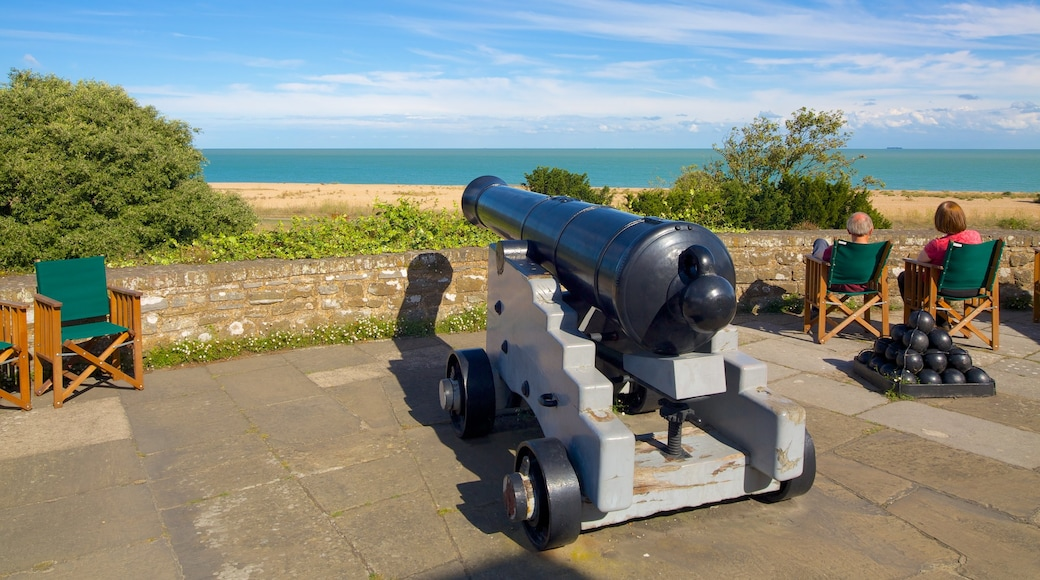 Castillo y jardines de Walmer mostrando artículos militares, vistas de una costa y un monumento