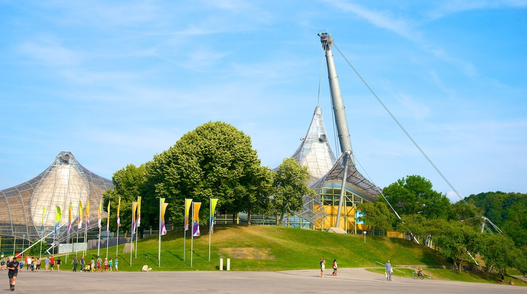 Olympiastadion welches beinhaltet moderne Architektur sowie große Menschengruppe