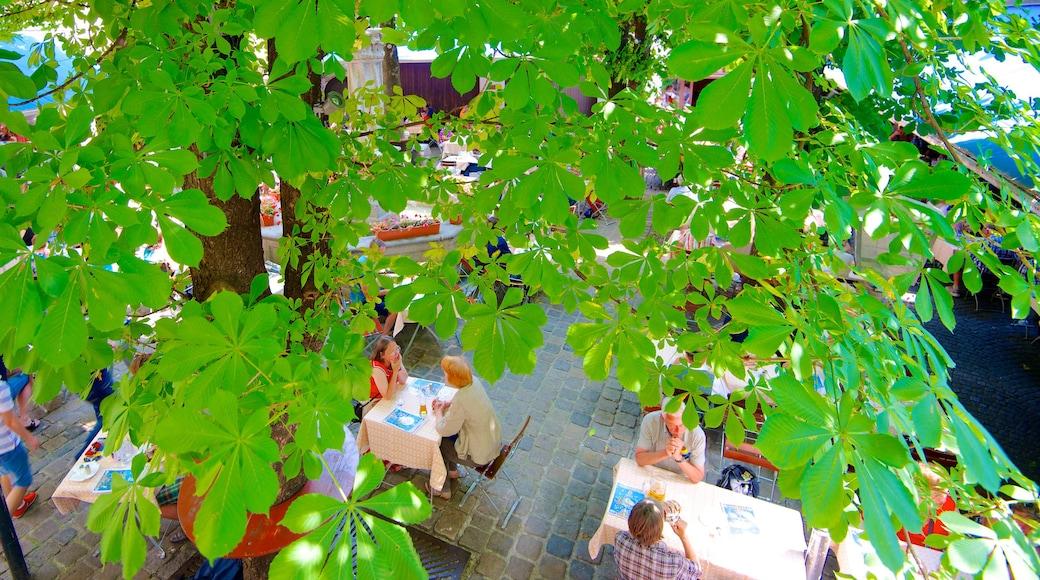 Hofbräuhaus das einen Essen im Freien sowie Paar