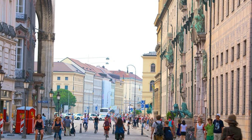 Odeonsplatz mit einem historische Architektur, Straßenszenen und Stadt
