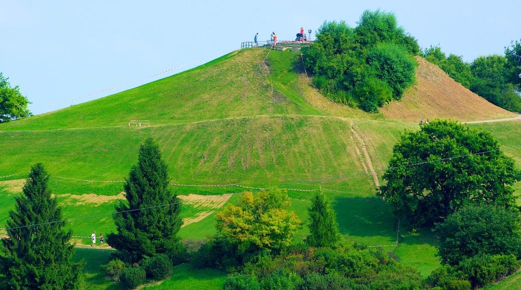 Olympiapuisto johon kuuluu vuoret, puisto ja maisemat