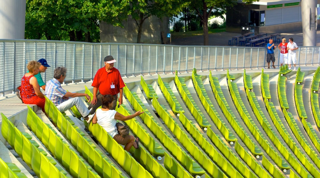 Olympiastadion sowie kleine Menschengruppe