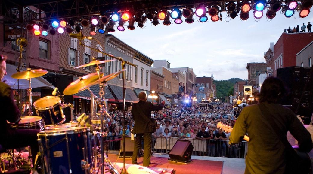 Deadwood som omfatter en plads eller et torv, performance-kunst og musik