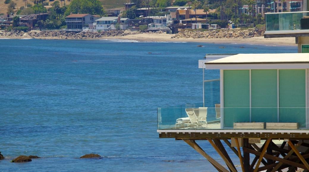 Malibu som inkluderar en kuststad, en sandstrand och kustutsikter
