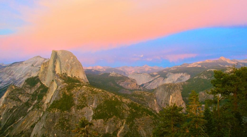 Yosemite Valley welches beinhaltet Schlucht oder Canyon, Sonnenuntergang und Berge