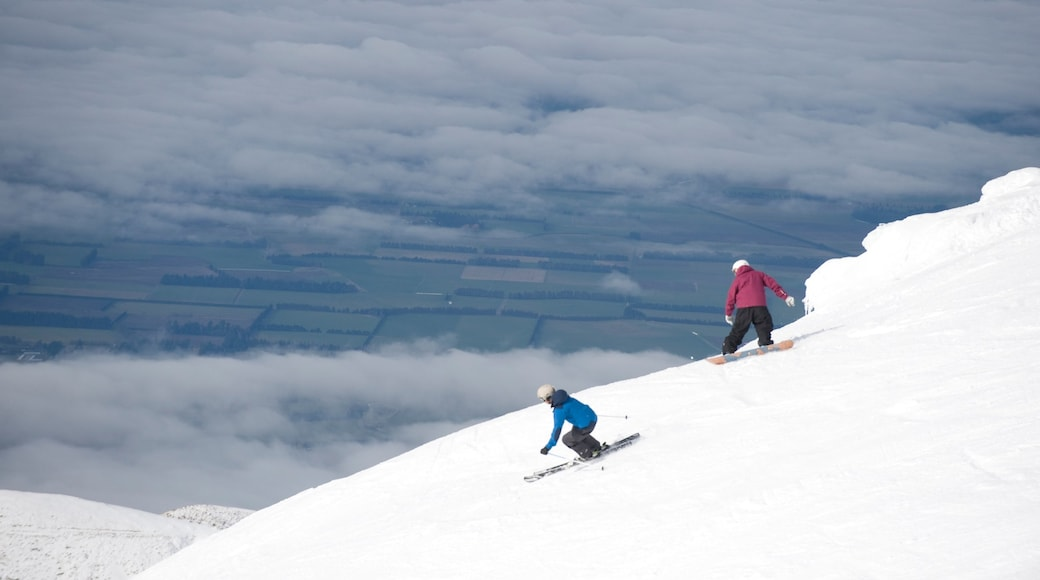 Mount Hutt Skifield showing snow skiing, snowboarding and mountains